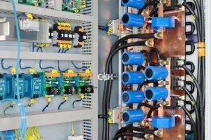 Foto eines Leistungsteils einer Schweißstromquelle mit zugehöriger Elektrik