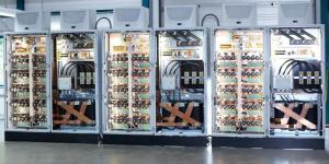 Foto einer DC Stromquelle mit 30.000 A